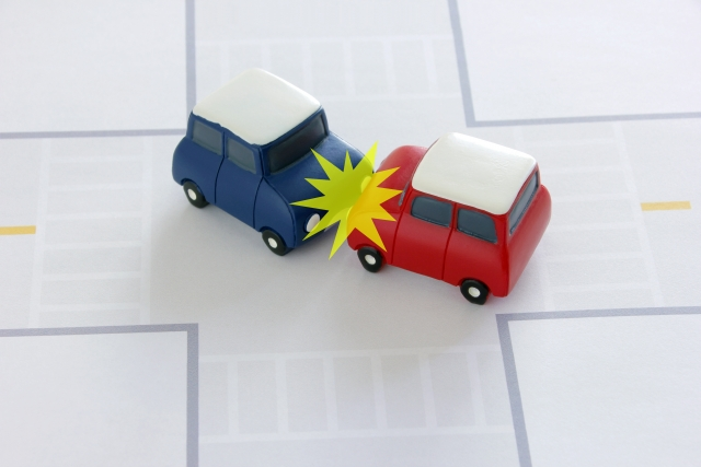 正面衝突するおもちゃの車