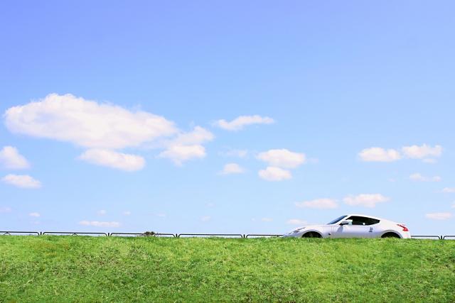 青空の下をドライブする車