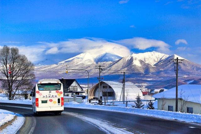 冬の富良野の雪山とバス