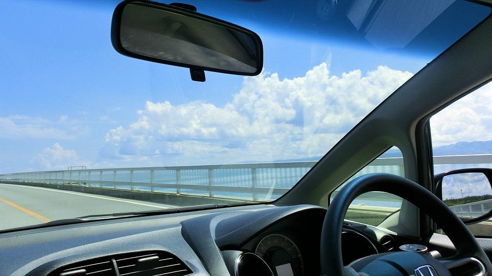 海沿いを走る車の運転席