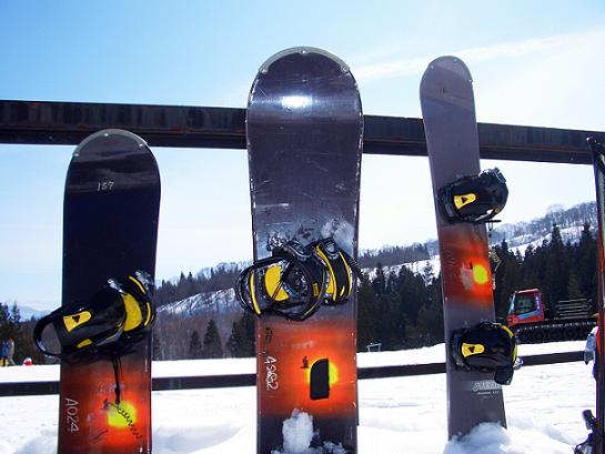 立てかけられたスノーボード