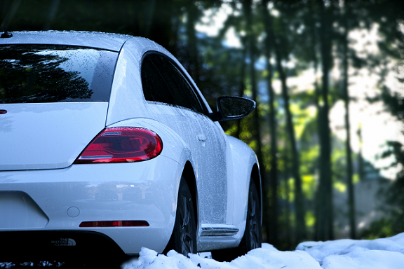 雪道をドライブする白い車