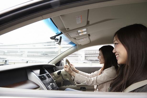 ドライブを楽しむ二人の女性