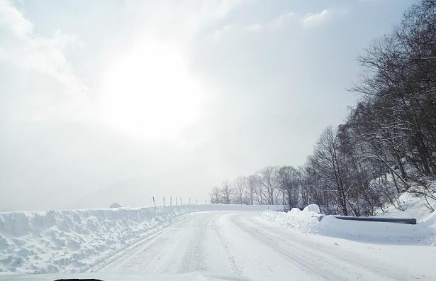 圧雪アイスバーンの峠道