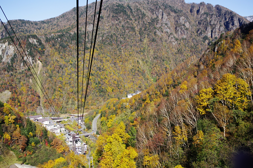 ロープウェイからの秋の山景色