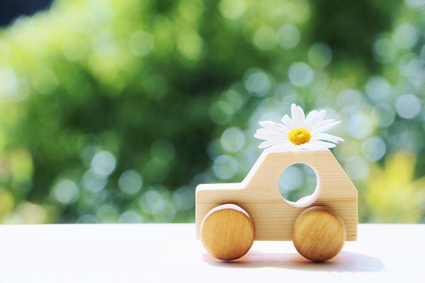 お花を乗せた木製のトイカー