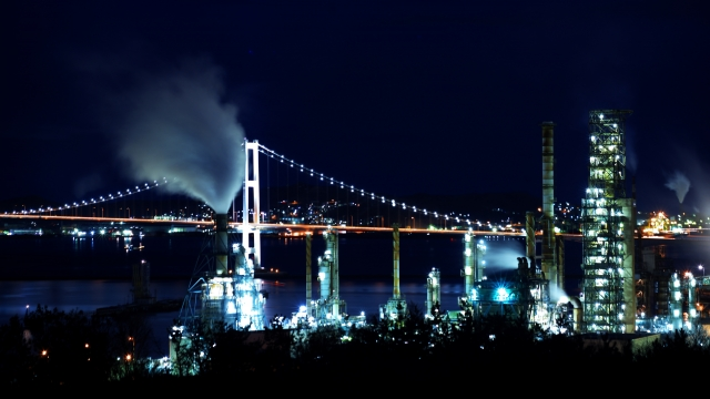 夜の白鳥大橋と工場