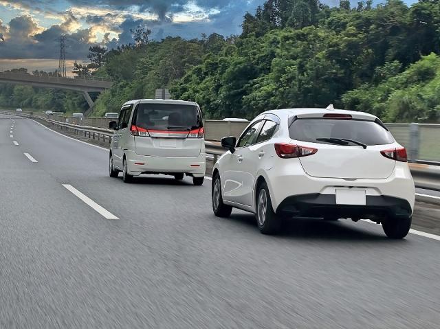 高速道路を走る白の車