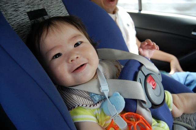 チャイルドシートに乗る子ども