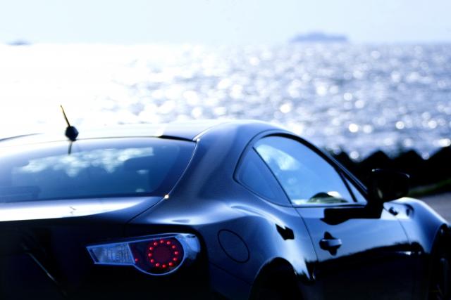 海と黒いスポーツカー