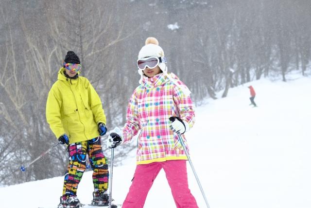 スキーをする女の子と男性