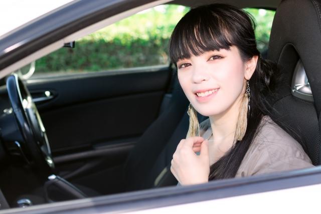 車の助手席に乗る女性