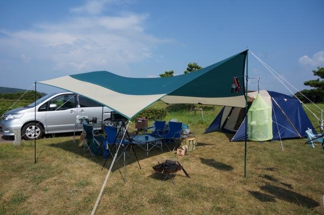 タープテントが設置されたオートキャンプの様子