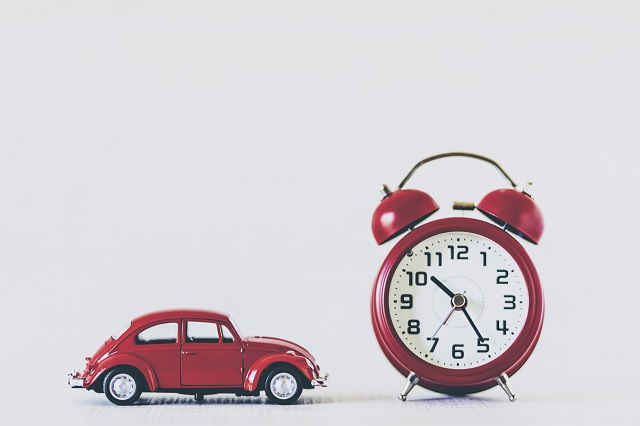 赤い目覚まし時計とトイカー
