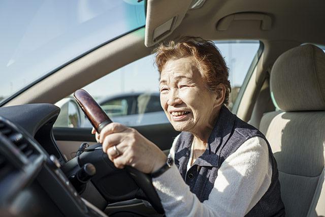 車を運転する老人